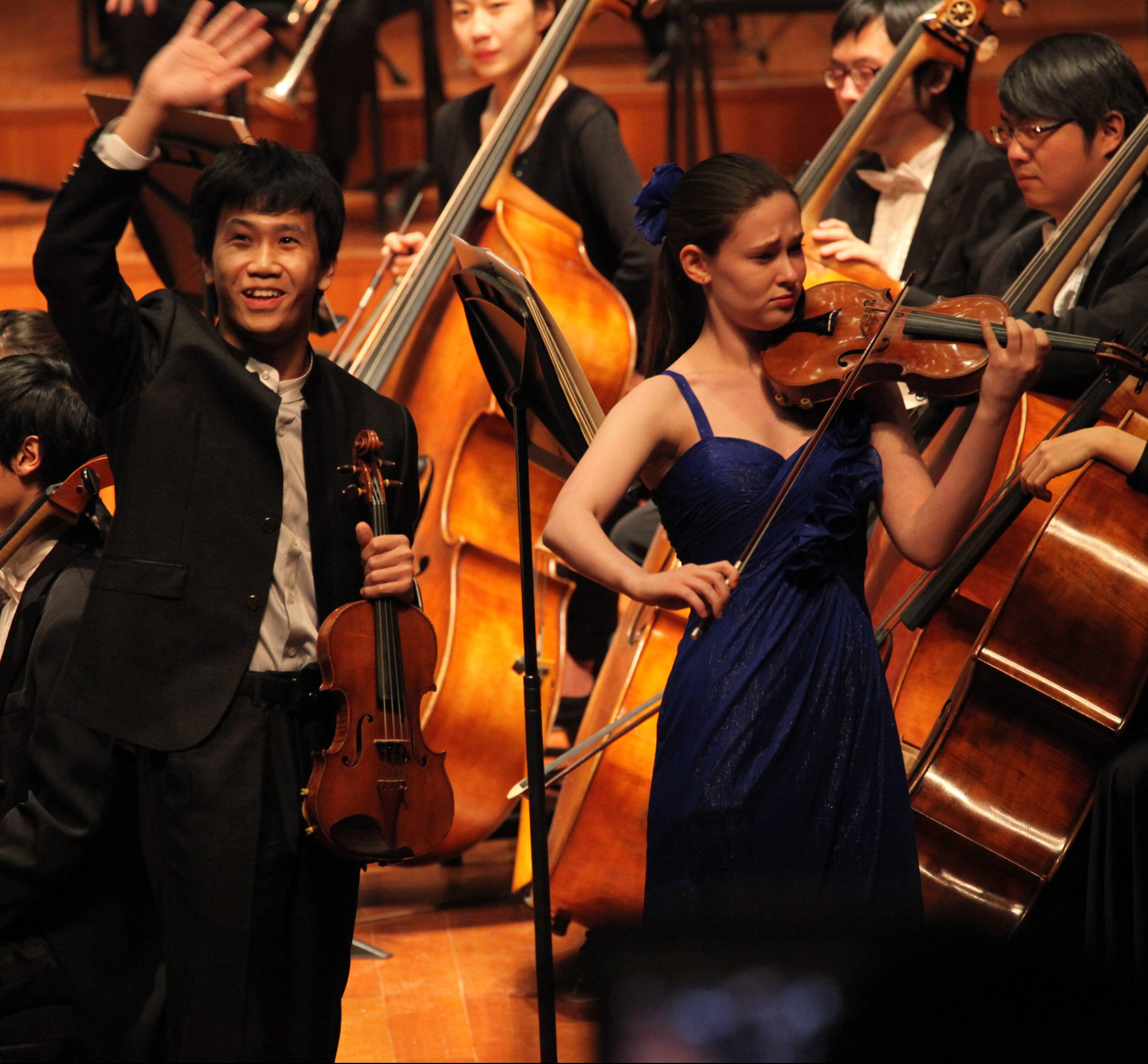 Zhu Ke and Ariel Horowitz hand over bow